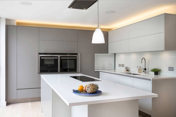 armoires gris anthracite déco de cuisine avec ilot central meubles haut sans poignées crédence blanche