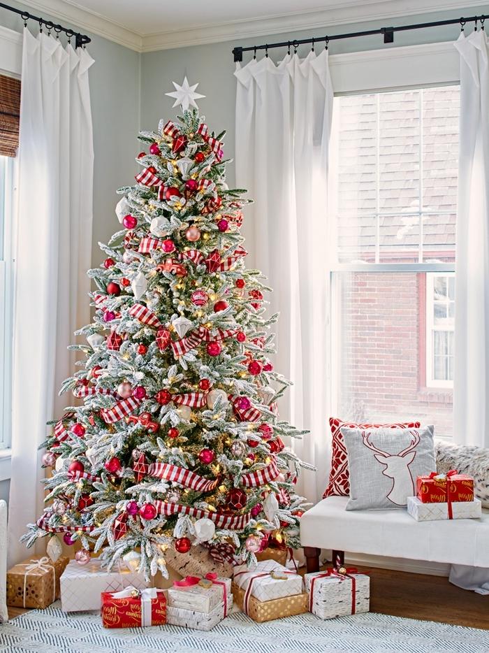 banquette sous fenêtre bois rideaux blancs deco sapin de noel coussins décoratifs housse cerf minimaliste