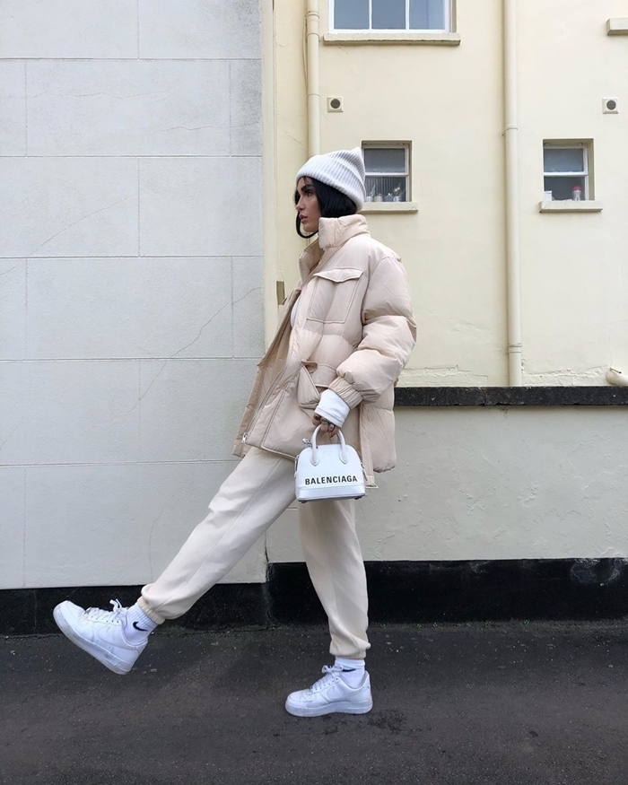 baskets blanches chaussure streetwear look femme hiver mode vêtements sport casual chic bonnet blanc