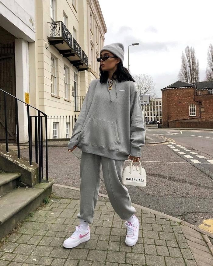 baskets blanches sac à main blanc marque de streetwear sweat oversize gris bonnet bas survêtement