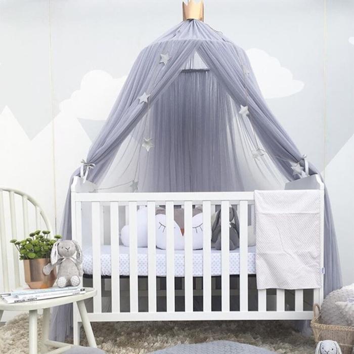 berceau bebe chaise blanche ciel de lit bebe gris clair avec couronne couleur gris clair deco chambre fille