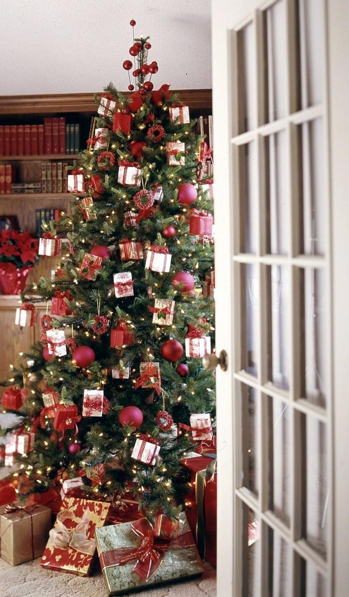 bibliothèque bois livres collection guirlande lumineuse deco sapin de noel ornements petits cadeaux papier blanc