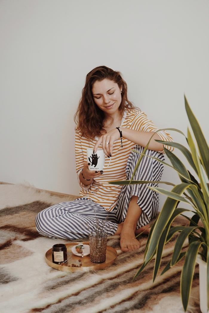 blouse manches rayures blanc et jaune moutarde tenue d intérieur femme hiver pantalon pyjama cosy
