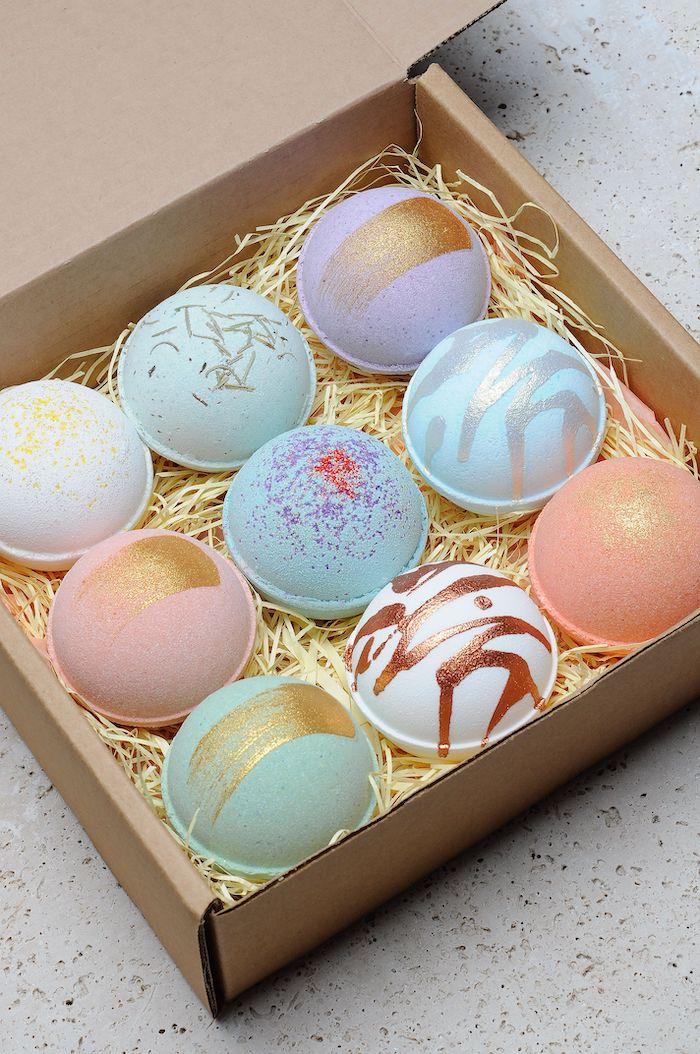 boire en cartion pleine des boules de bain en differentes couleurs decores avec des pailettes