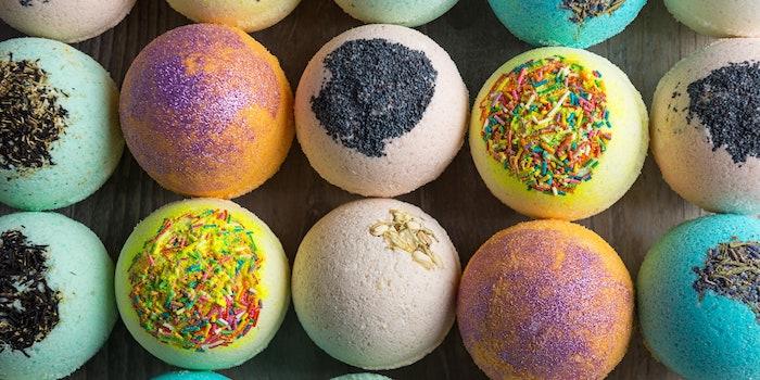 bombe de bain maison avec des differentes decorations comme des epices des paillettes ou des sucrerie