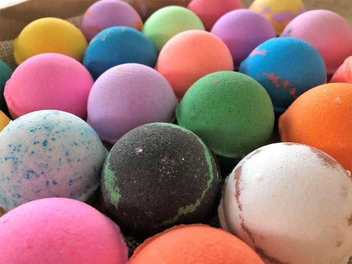 bombe de bain maison des boules en couleurs differentes ranges comment fabriquer chez soi