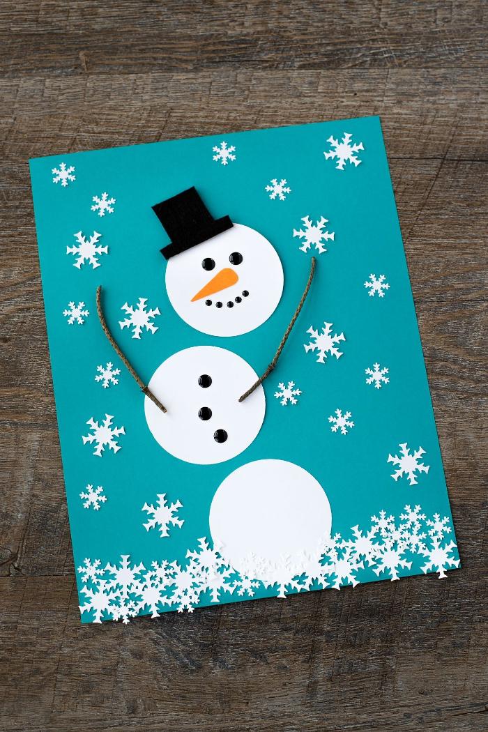 bonhomme de neige de boules de papier blanc sur papier bleu flocons d eneige des yeuxnstrass noir
