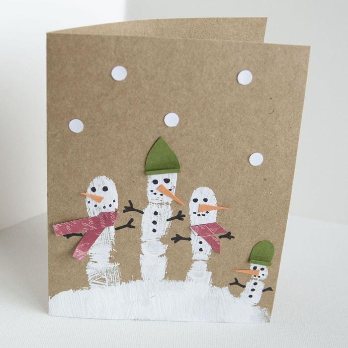 bonhommes de neige en pousses de peinture blanche avec des nez chapeaux écharpes de papier sur du papier kraft