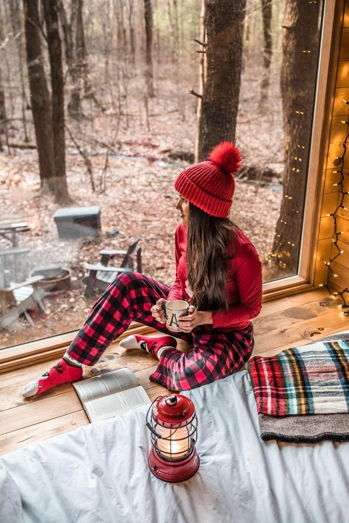 bonnet rouge pompon pantalon carreaux rouge et noir pyjama chaud femme blouse rouge chaussette noel