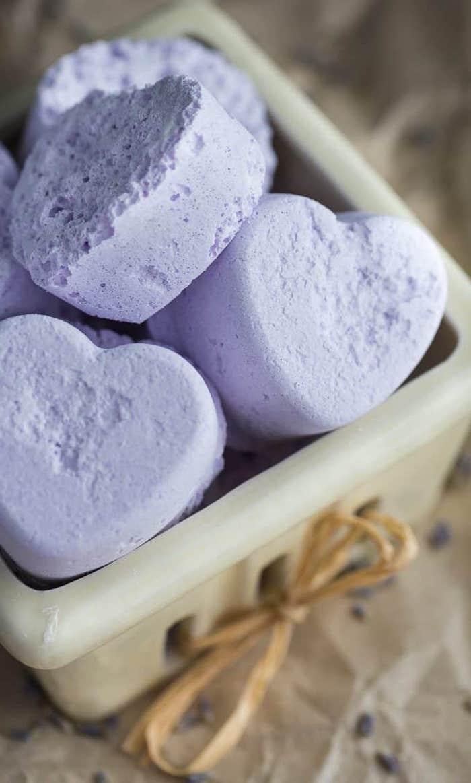 boule de bain bio a l a lavande en formes de coeur dans un panier ceramique