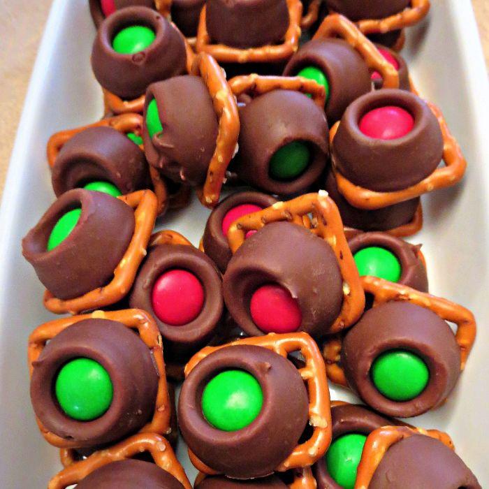 bretzels chocolat caramel avec bonbon rouge vert chocolat idée recette noel repas sucré enfant