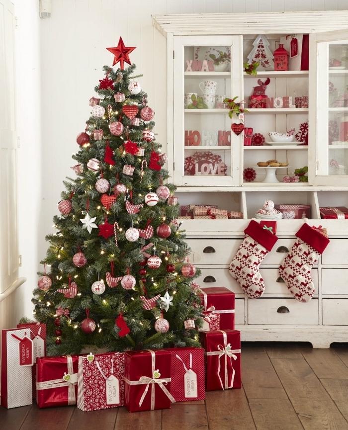 cadeaux papier rouge chaussettes noel motifs cerfs les plus beau sapin de noel boules blanches étoile rouge