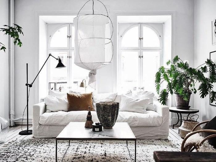 canapé blanc table effet marbre murs blancs tapis noir et blanc berbere parquet bois clair murs blancs suspension blanche chic