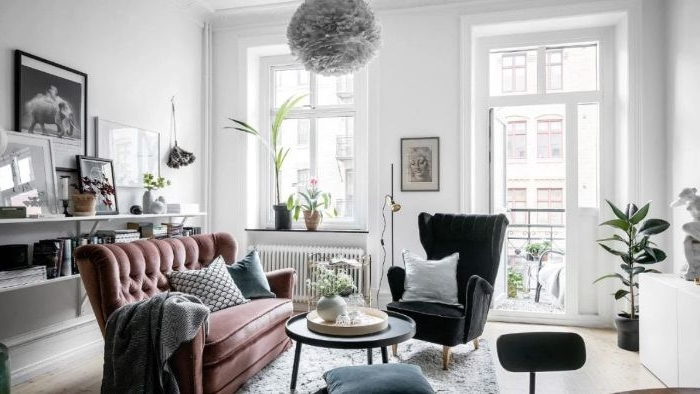 canapé couleur rose framboise tapis gris murs blancs déco art noir et blanc suspension originale espace cocooning appartement haussmannien
