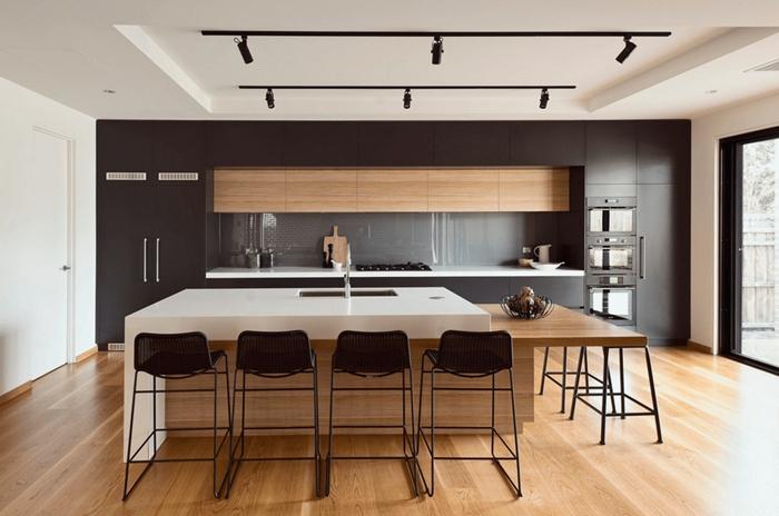 chaises de bar métal noirci décoration cuisine équipée bois crédence verre meubles haut bois plan travail blanc