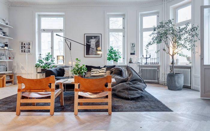 chaises de bois pour réchauffer l ambiance dans un salon chaleureux en gris et blanc avec assises cocooning et quelques plantes vertes d interieur
