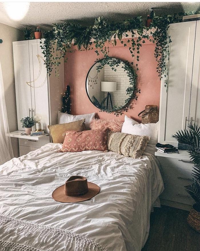 chambre 10m2 couverture de lit macramé capeline marron coussin rose poudré plantes grimpantes miroir