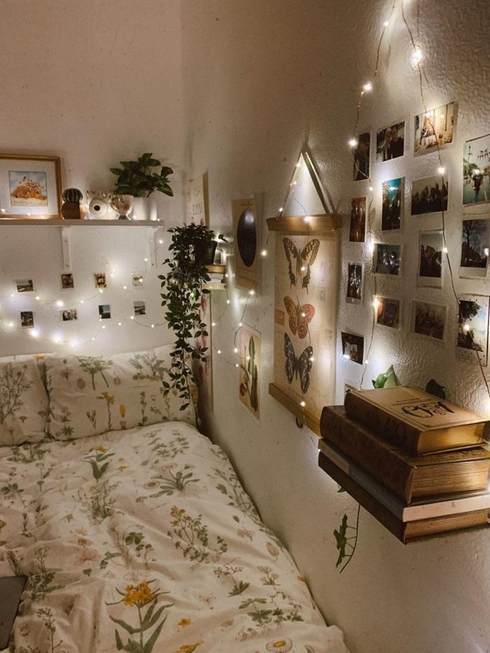 chambre 10m2 guirlande lumineuse cadre photo bois poster papillons livres anciens suspension plante
