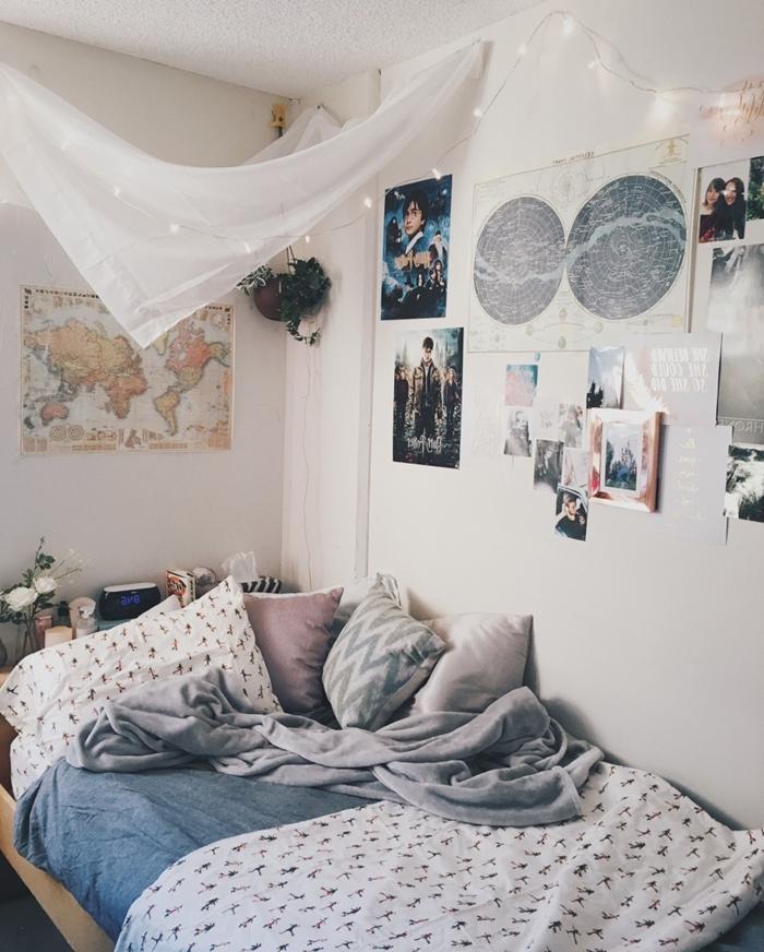 chambre 9m2 baldaquin voilage guirlande lumineuse mur affiches poster carte monde coussins décoratifs