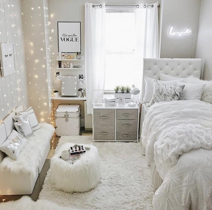chambre ado fille 12 ans décoration pièce blanche peinture rideaux lumineux banquette fausse fourrure blanche
