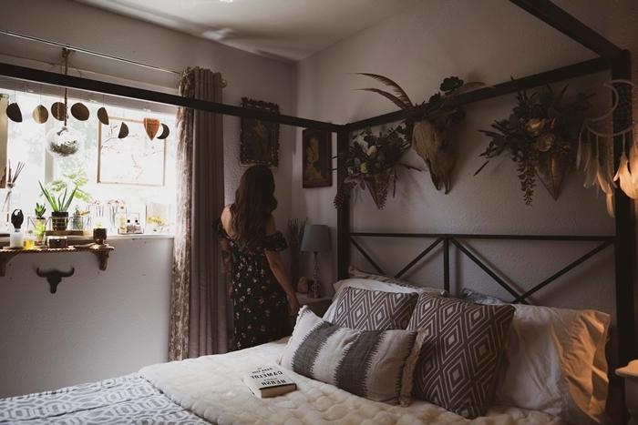 chambre adulte deco style bohème suspension guirlande phases de lune cadre lit noir tête de lit noire