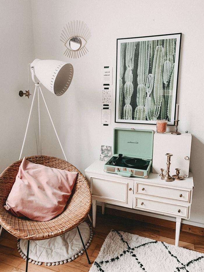 chambre cocooning chaise rotin tapis rond pompons blancs tapis barbère motifs géométriques blanc et noir