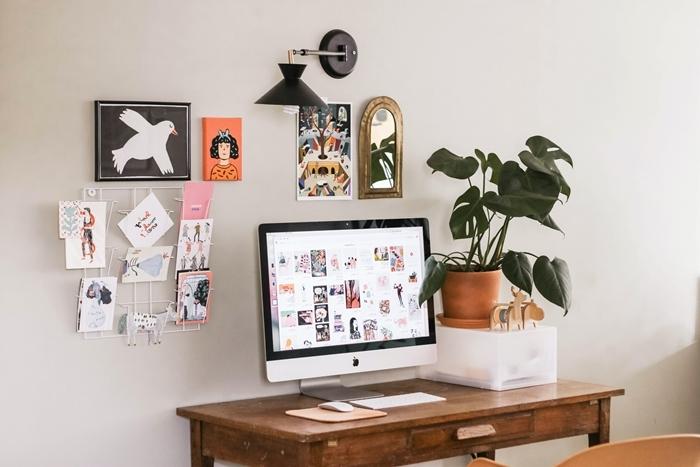 chambre tumblr bureau bois brut ancien tableau grille métal dessins inspiration coin télétravail plantes