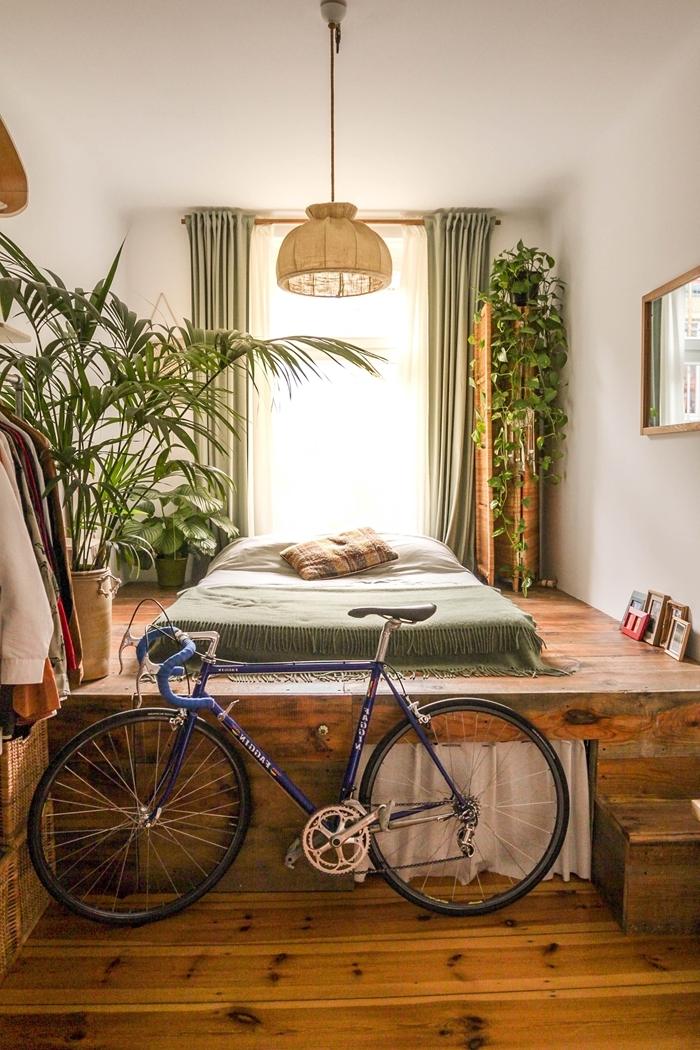chambre tumblr parquet bois foncé rideaux vert de gris plantes grimpantes palmier intérieur lampadaire rotin