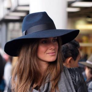 chapeau feutre femme capeline stylisee en bleu marine avec un bandeau noir