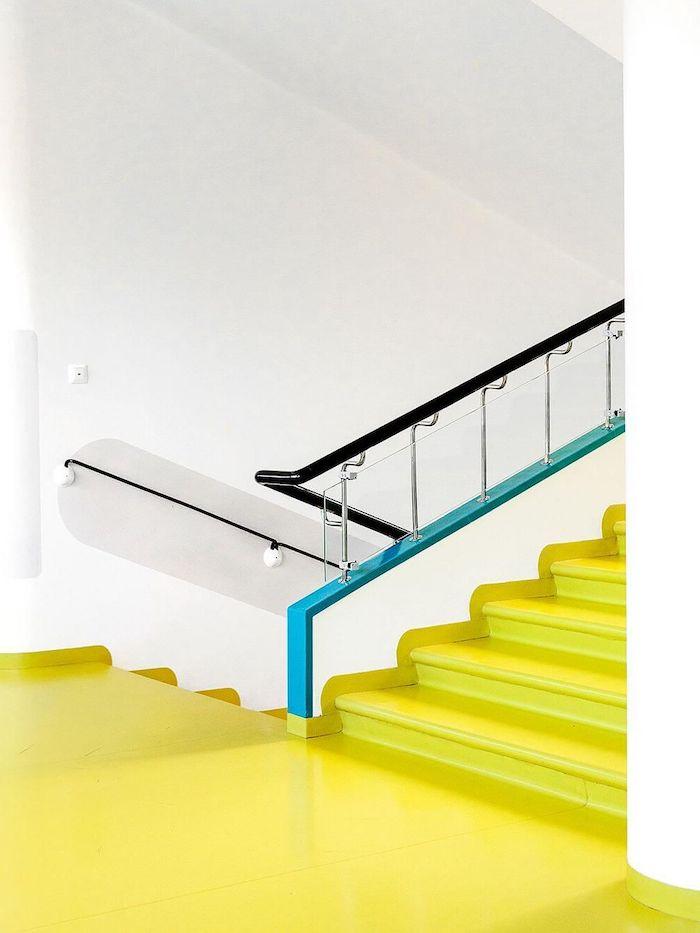 code couleur pantone escalier dans un batiment