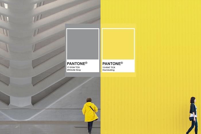 code pantone un paneaux avec les couleurs de l année deux personnes en bas