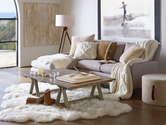 coin cocooning ultra douillet avec canapé cosy décoré de coussins et plaid douillet tapis peau animal table basse vintage bois brut
