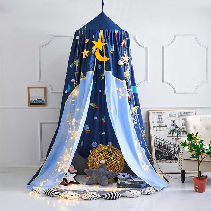 coin de jeux avec ciel de lit bebe theme spatial motifs etoiles guirlande lumineuse coussins par terre