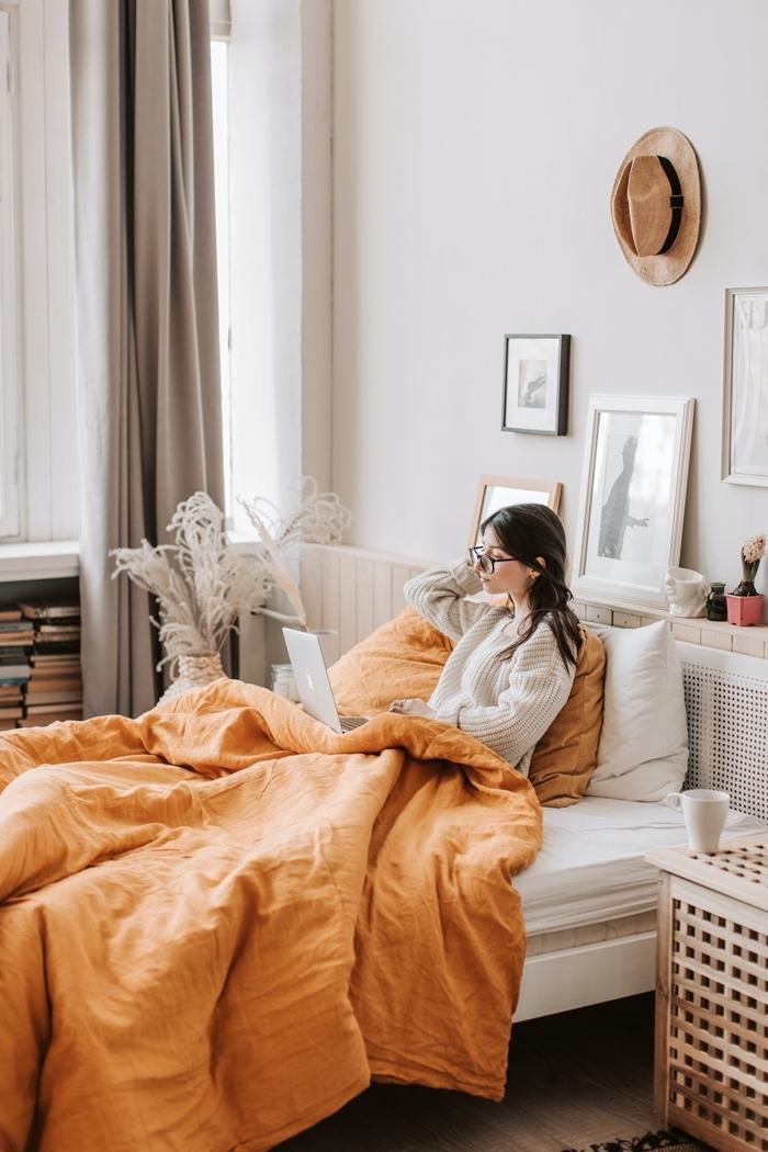 comment bien s habiller intérieur chambre cosy tenue décontractée femme pull oversize gris livres chapeau