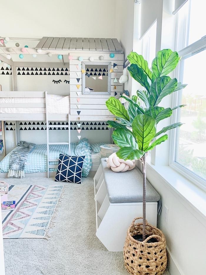comment décorer sa chambre plante verte panier tressé tapis couleurs pastel motifs géométriques