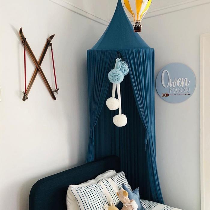 comment decorer une chambre bebe garcon tete de lit tissu bleu fonce ciel de lit chapiteau