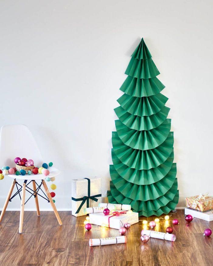 comment faire un sapin en papier vert dans la salle de sejour avec des paquets au sur le sol