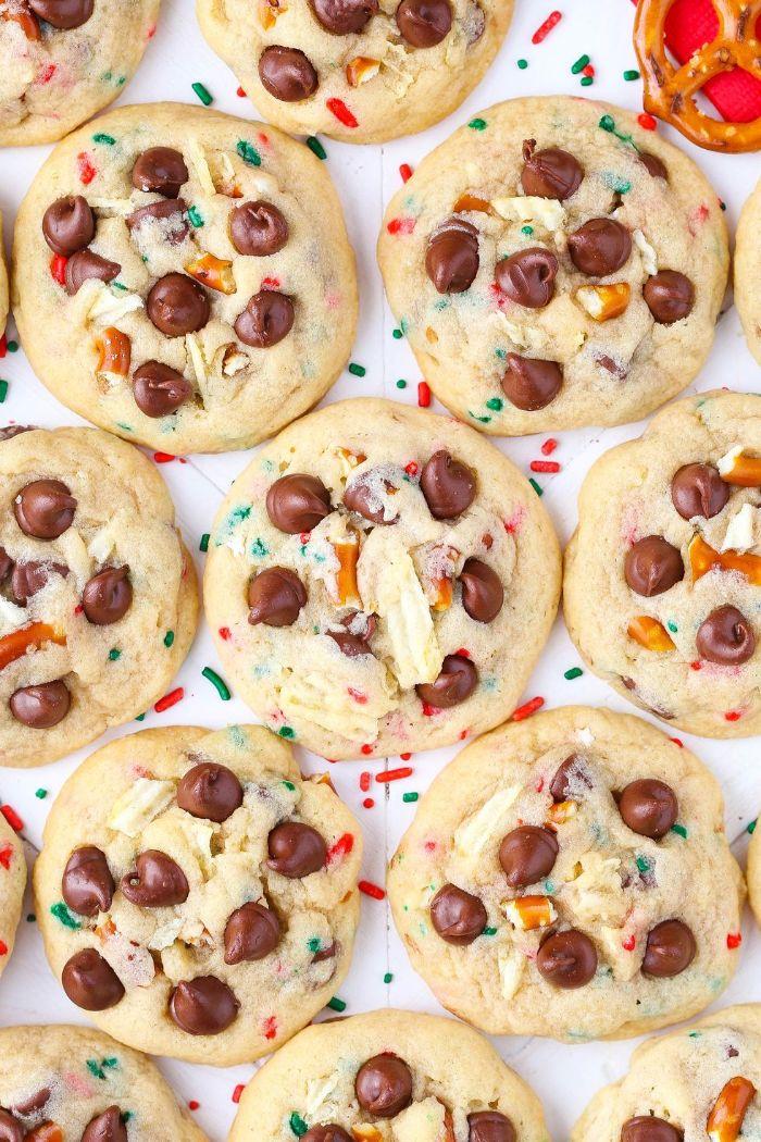 cookies de noel aux pépites de chocolat billes colorées de sucre et des bretzels idee gateau noel original