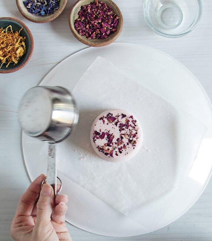 cosmétique maison comment faire une boule de chez soi avec une moule de tasse a mesurer