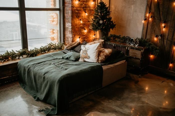 cosy deco noel chambre à coucher scandinave couverture de lit vert foncé coussin cerf mini sapin nature