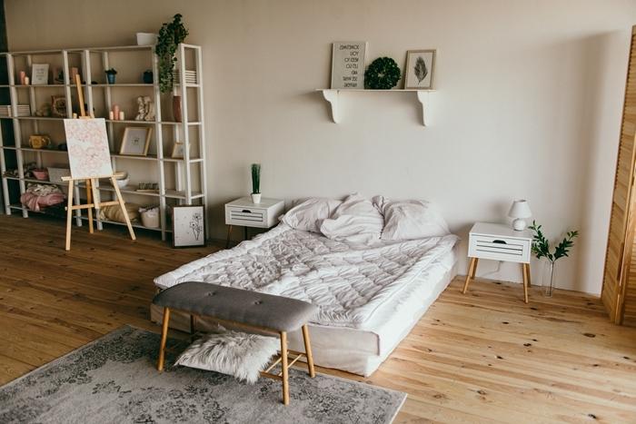 cosy deco tapis gris banquette bois et gris rangement ouvert bibliothèque étagère suspendue parquet bois