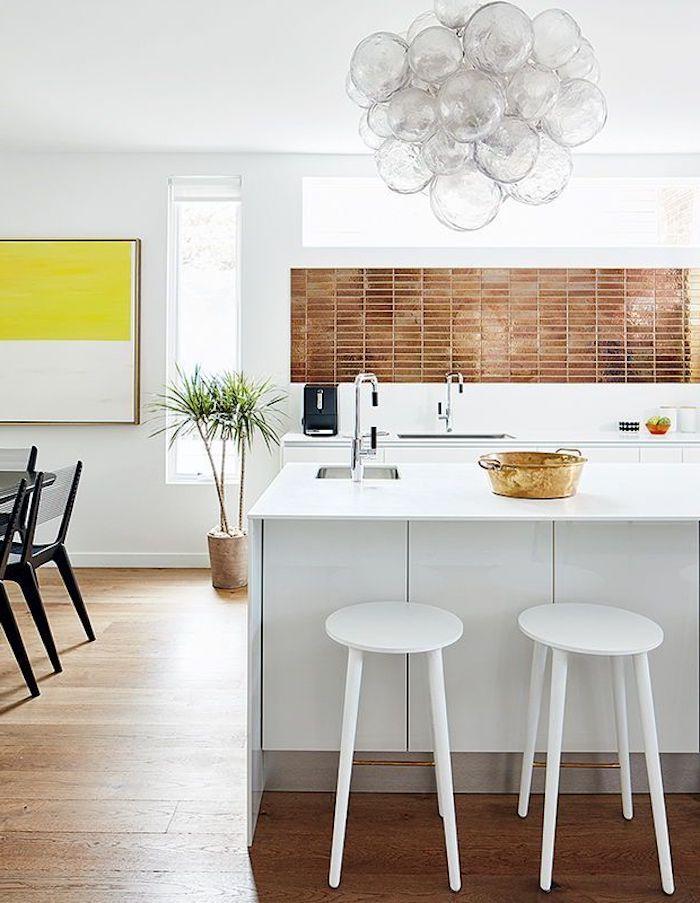 couleur tendance 2021 peinture en jaune vif dans la salle a manger avec des meubles blancs et carrelage brun