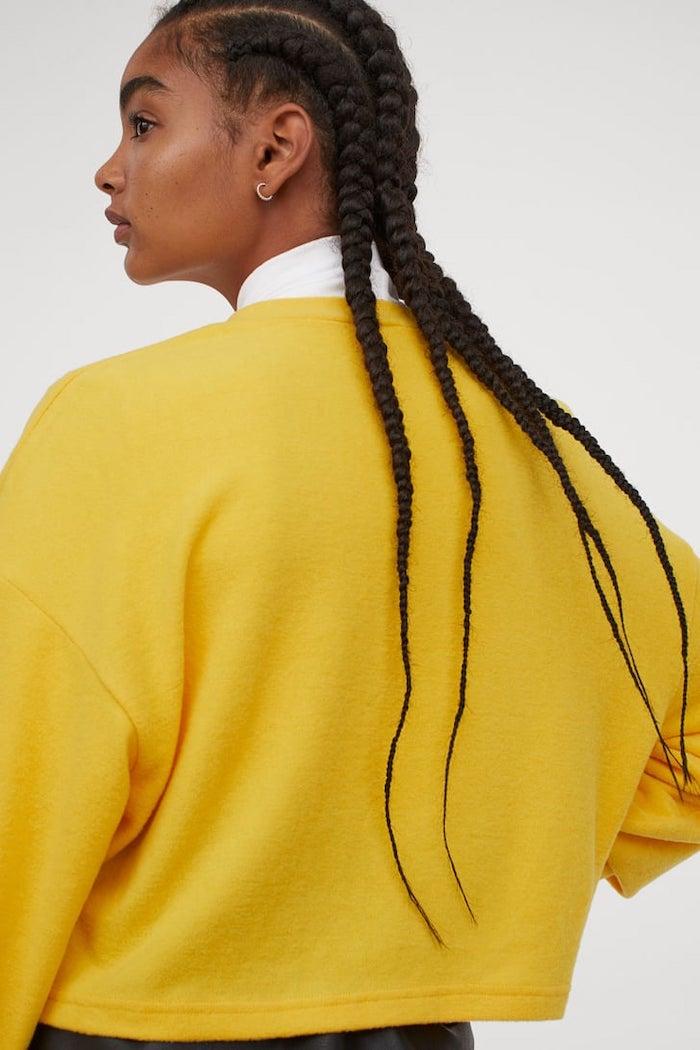 couleur tendance 2021 une fille avec des tresses et un pull jaune