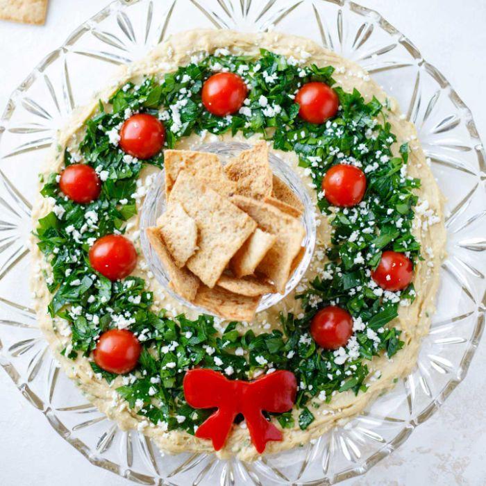 couronne de noel houmous au persil et tomates cerises servi avec des crackers repas de noel original à partager entre amis