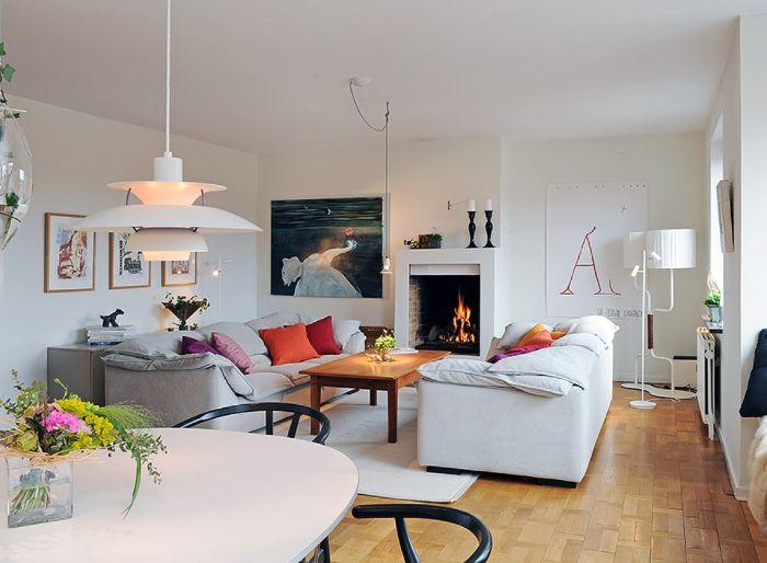 coussins décoratifs colorés pour décorer des canapés cocooning cheminée design parquet bois clair table basse bois