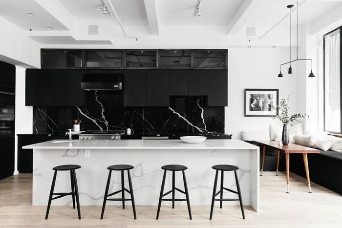 crédence cuisine marbre noir meubles haut noir mat design cuisine de luxe en blanc et noir tabourets de bar