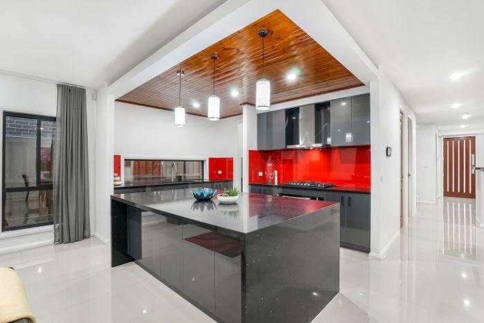 crédence cuisine en verre rouge dans une cuisine grise plafond bois et sol blanc laqué idée modele cuisine moderne