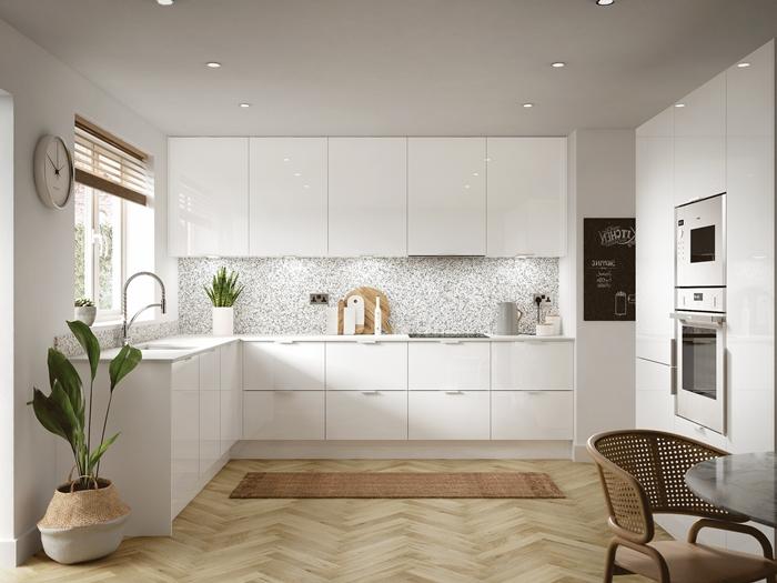 cuisine épurée crédence gris et blanc armoires blanches spots led plantes vertes horloge stoires fenêtre