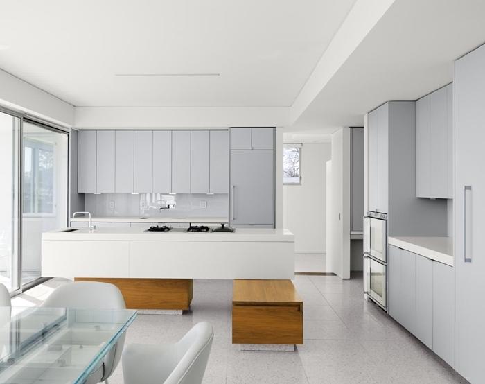 cuisine épurée décoration minimaliste table à manger verre chaise gris clair armoires gris crédence cuisine