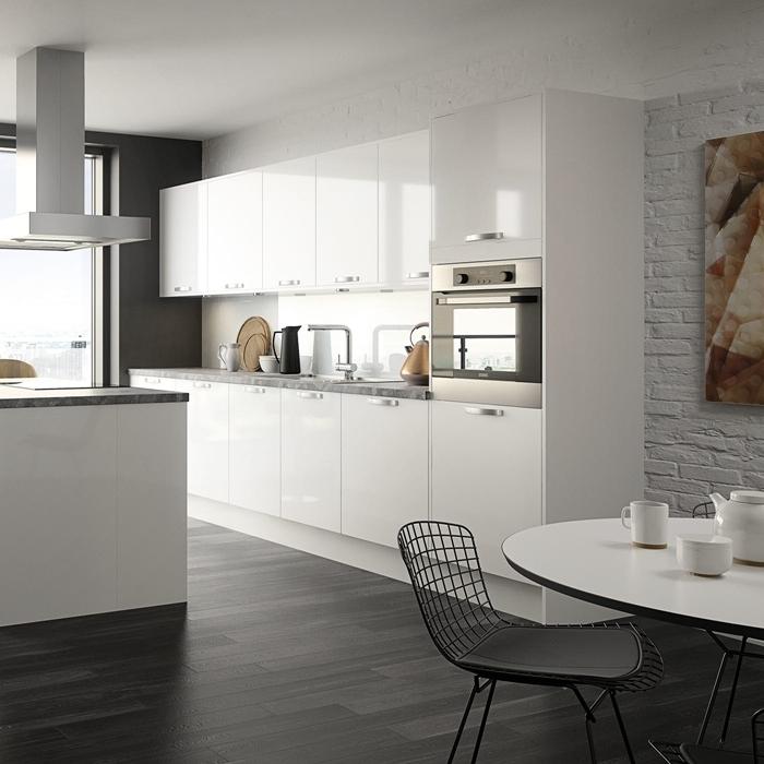 cuisine équipée avec ilot central parquet bois foncé table à manger ronde armoires meubles haut blanc